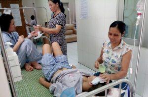 Bệnh nhân mắc bệnh sốt xuất huyết đang điều trị tại Bệnh viện Bệnh Nhiệt đới TW