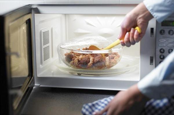 Hâm nóng thức ăn gây ngộ độc cho cơ thể