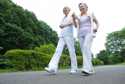Đi bộ phương pháp giảm cân an toàn cho người bệnh tim mạch