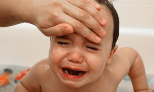 Hạ sốt cho trẻ không đúng cách dẫn đến những tác hại nghiêm trọng