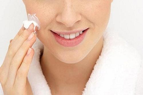 Dược sĩ tư vấn sử dụng thuốc trị khô nẻ cho da và mùa đông