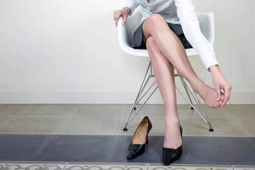 Đi giày quá chật sẽ làm ngăn cản quá trình lưu thông máu ở chân