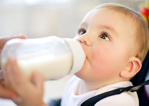 Trẻ bú bình cũng rất dễ nhiễm vi khuẩn gây bệnh tiêu chảy