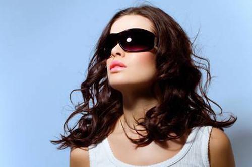 Đeo kính cũng có thể khiến da mọc mụn