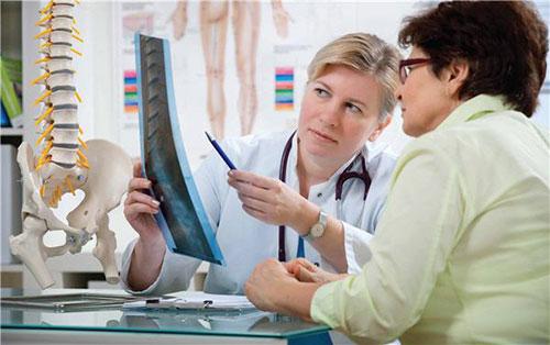 Bệnh loãng xương phổ biến ở những phụ nữ trên tuổi 40 dù bổ sung canxi